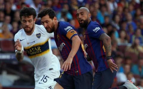Lionel Messi en acción frente a Nahitán Nández, bajo la atenta mirada de Arturo Vidal. Foto: Mundo Deportivo de España